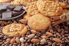 Biscuits avec l'arachide, morceaux de chocolat, bâtons de cannelle Image libre de droits