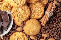 Biscuits avec l'arachide, soucoupe avec des morceaux de chocolat Images libres de droits