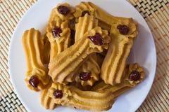 Biscuits avec la confiture d'un plat blanc image stock