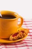 Biscuits avec la cuvette de thé Images stock