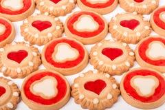 Biscuits avec la gelée et les coeurs comme fond Photo libre de droits
