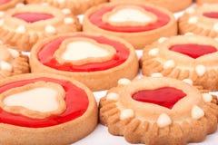 Biscuits avec la gelée et les coeurs comme fond Images stock