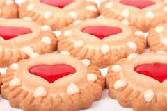 Biscuits avec la gelée et les coeurs comme fond Photographie stock libre de droits