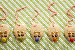 Biscuits avec la queue formée et rouge de souris de réglisse Photos libres de droits