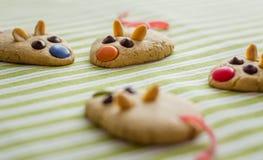 Biscuits avec la queue formée et rouge de souris de réglisse Photo stock
