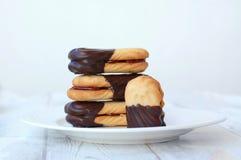 Biscuits avec le lustre de chocolat Image stock