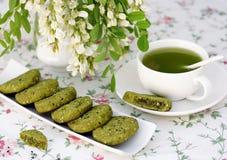 Biscuits avec le sésame et le thé de matcha Photographie stock libre de droits