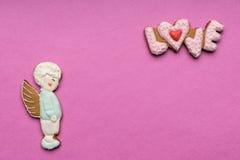 Biscuits avec le texte de l'amour et de l'ange Photographie stock