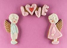 Biscuits avec le texte de l'amour et des anges Images stock