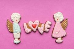 Biscuits avec le texte de l'amour et des anges Images libres de droits