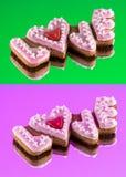 Biscuits avec le texte de l'amour et du coeur rouge Images stock