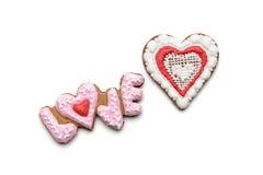 Biscuits avec le texte de l'amour et du coeur rouge Photos stock