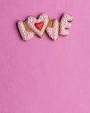 Biscuits avec le texte de l'amour et du coeur rouge Photos libres de droits
