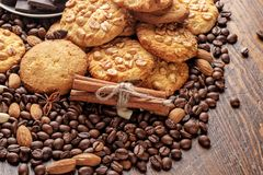Biscuits avec les arachides, la soucoupe avec des morceaux de chocolat et les grains de café dispersés Image libre de droits