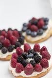 Biscuits avec les baies fraîches images stock