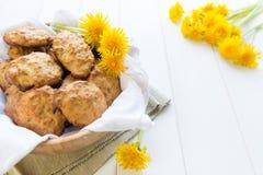 Biscuits avec les fleurs du pissenlit Photos libres de droits