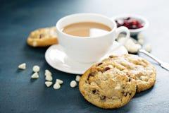 Biscuits blancs de chocolat et de canneberge images libres de droits