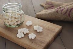 Biscuits blancs de tapioca de noix de coco image libre de droits