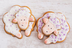 Biscuits blancs et pourpres de pain d'épice de moutons Photos libres de droits
