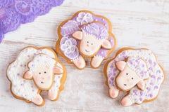 Biscuits blancs et pourpres de pain d'épice de moutons Photo libre de droits