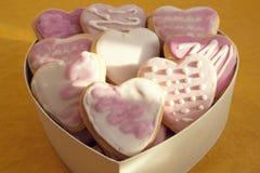 Biscuits blancs et roses avec le givrage sous forme de coeur en BO Photos libres de droits