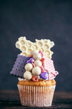 Biscuits and bonbons cupcake Royalty Free Stock Photography