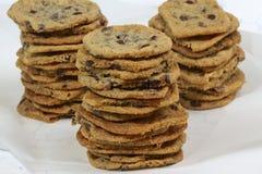 Biscuits caoutchouteux avec des puces de chocolat sur le fond blanc image libre de droits