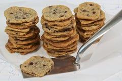 Biscuits caoutchouteux avec les puces de chocolat et la spatule de cuisine photos libres de droits