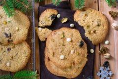 Biscuits caoutchouteux et croquants avec les frites de chocolat blanches, la pistache et les cerises sèches photo stock