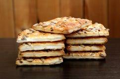 Biscuits carrés croustillants avec des graines et des graines de sésame de tournesol image stock