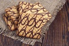Biscuits carrés avec du chocolat Photos libres de droits
