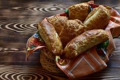 Biscuits chauds savoureux faits maison frais dans un plat sur un fond naturel en bois foncé images libres de droits