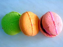 Biscuits colorés avec la confiture photos stock