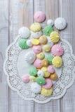 Biscuits colorés de meringue sur la serviette, foc sélectif de lumière naturelle photo libre de droits