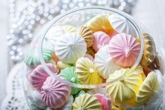 Biscuits colorés de meringue sur la serviette, foc sélectif de lumière naturelle images stock