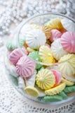 Biscuits colorés de meringue sur la serviette, foc sélectif de lumière naturelle photo stock