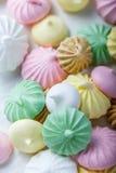 Biscuits colorés de meringue sur la serviette, lumière naturelle images libres de droits