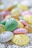 Biscuits colorés de meringue sur la serviette, lumière naturelle images stock