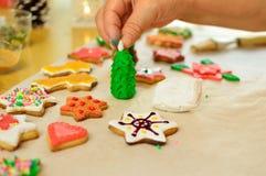 Biscuits colorés de Noël en cours Images stock