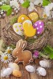 Biscuits colorés de Pâques Photo stock