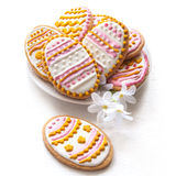 Biscuits colorés de Pâques sous forme d'oeuf Photo stock