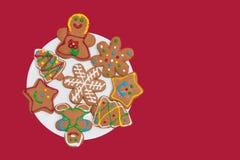 Biscuits colorés de pain d'épice d'une plaque blanche images libres de droits