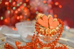 Biscuits colorés de Valentine sous forme de coeur Photographie stock libre de droits