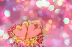 Biscuits colorés de Valentine sous forme de coeur Images stock