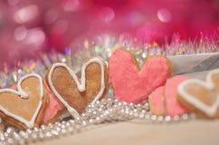 Biscuits colorés de Valentine sous forme de coeur Photos libres de droits