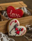 Biscuits colorés par amour de coeur le jour de valentines Image stock