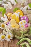 Biscuits colorés de Pâques Photos stock