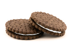Biscuits crèmes de chocolat d'isolement sur le blanc Photographie stock libre de droits