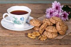 Biscuits criqués caoutchouteux de noix avec une tasse de café sur le bois rustique image libre de droits