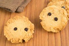Biscuits croquants avec des pastilles de chocolat Photos stock